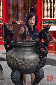 Taiwan 2012 - Taipei - Longshan Tempel - Räucherstäbchengefäss