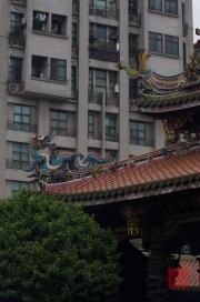 Taiwan 2012 - Taipei - Longshan Tempel - Stadt - Kontrast