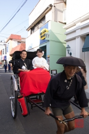 Japan 2012 - Kamakura - Wedding Couple in a Rickshaw
