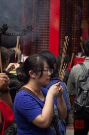 Taiwan 2012 - Taipei - Longshan Tempel - Betende Frau