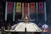 Taiwan 2012 - Taipei - Longshan Tempel - Räucherstäbchenbehälter - Backfocus