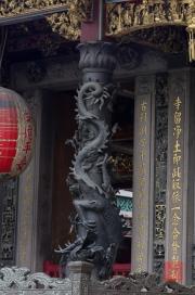 Taiwan 2012 - Taipei - Longshan Tempel - Säule - Drache