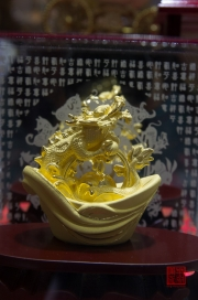 Taiwan 2012 - Taipei - Goldskulptur - Drachenunze