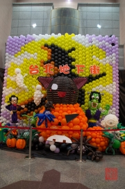 Taiwan 2012 - Taipei - U-Mall - Halloween - Luftballon Skulptur I